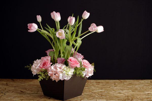 Arreglo Floral con Tulipanes y Hortensias