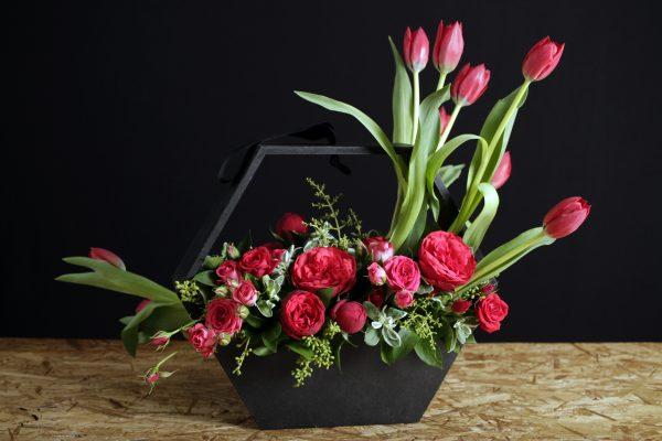 Arreglo Floral con Tulipanes y Rosa Inglesa